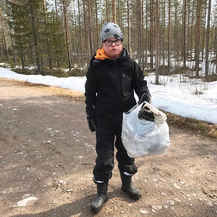 Max Ökvist ute på en av många skräpplockar-rundor.