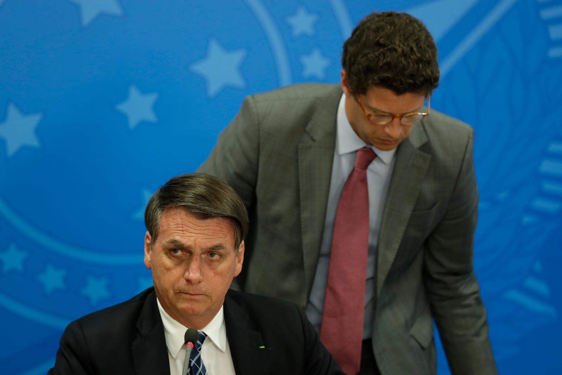 Brasiliens president Jair Bolsonaro (till vänster) tilllsammans med miljöminister Ricardo Salles. Arkivbild.