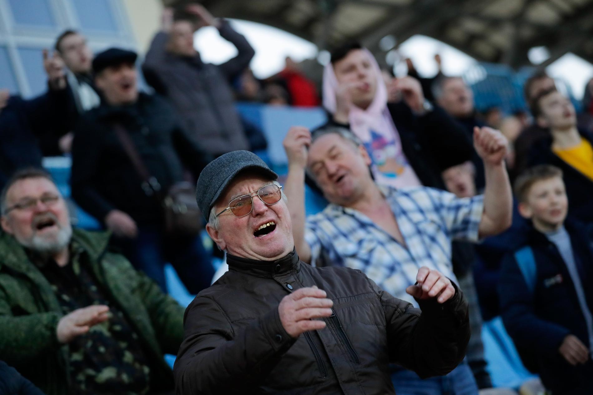 Det spelas fortfarande fotbollsmatcher i Vitryssland – till skillnad från i övriga Europa. Här syns engagerade åskådare i staden Zjodino förra veckan. Vitryssland har infört få restriktioner för att begränsa coronavirusets framfart.