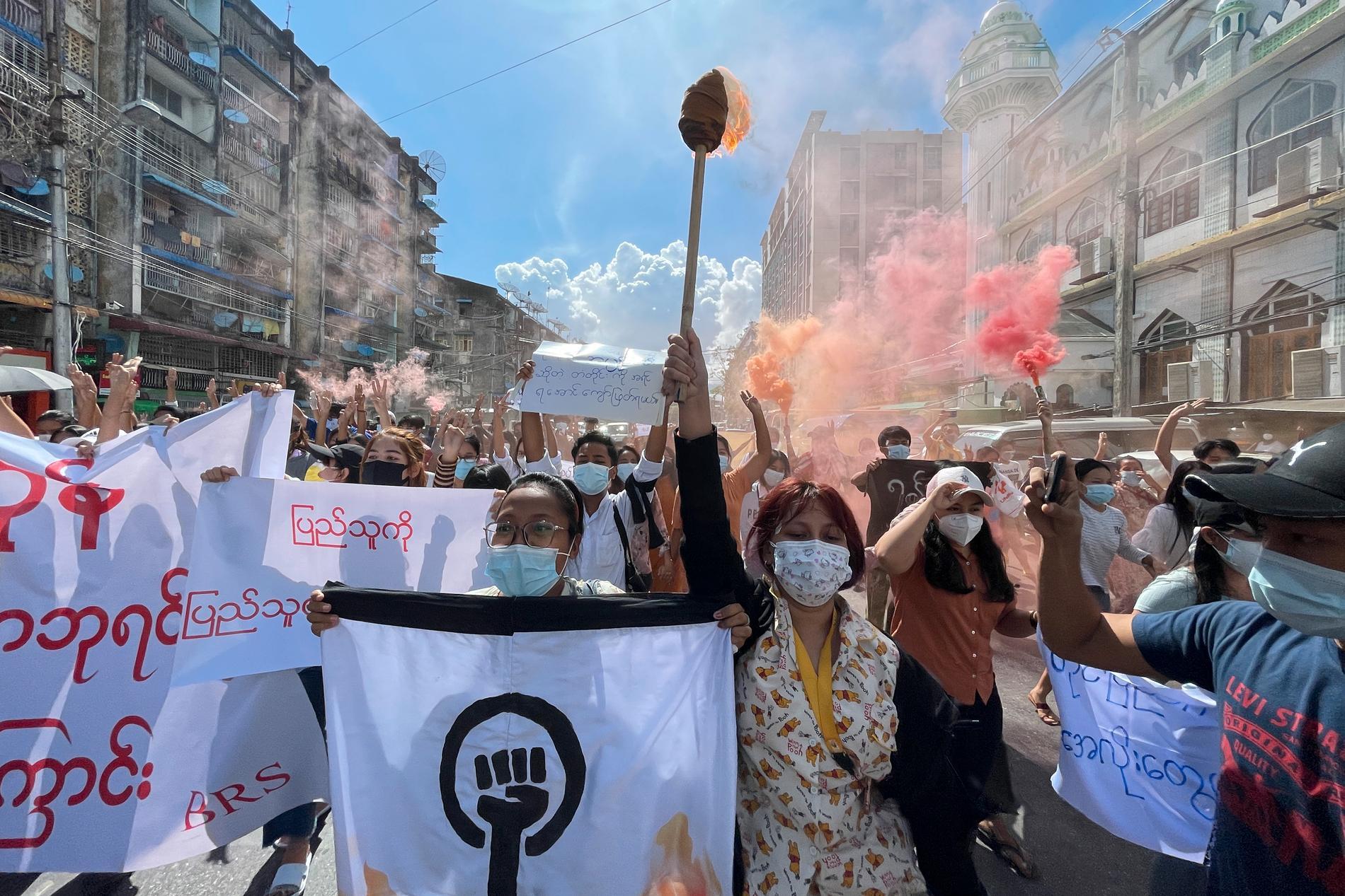 Demonstranter nekar juntans anklagelser om valfusk. Arkivbild, juli 2021.