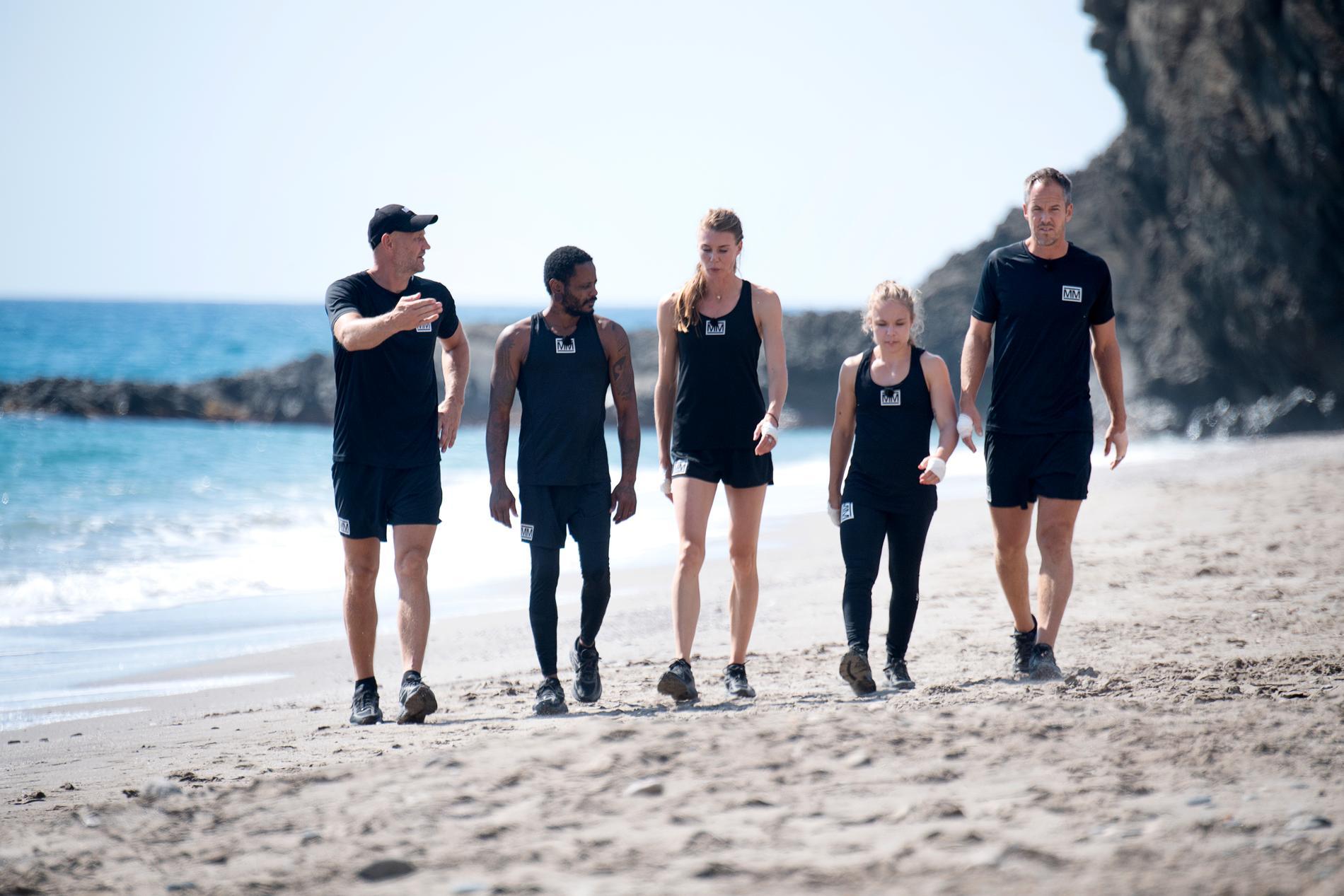 Deltagarna överraskades under fredagen när det helt plötsligt dyker upp en naken man på stranden de ska tävla på.