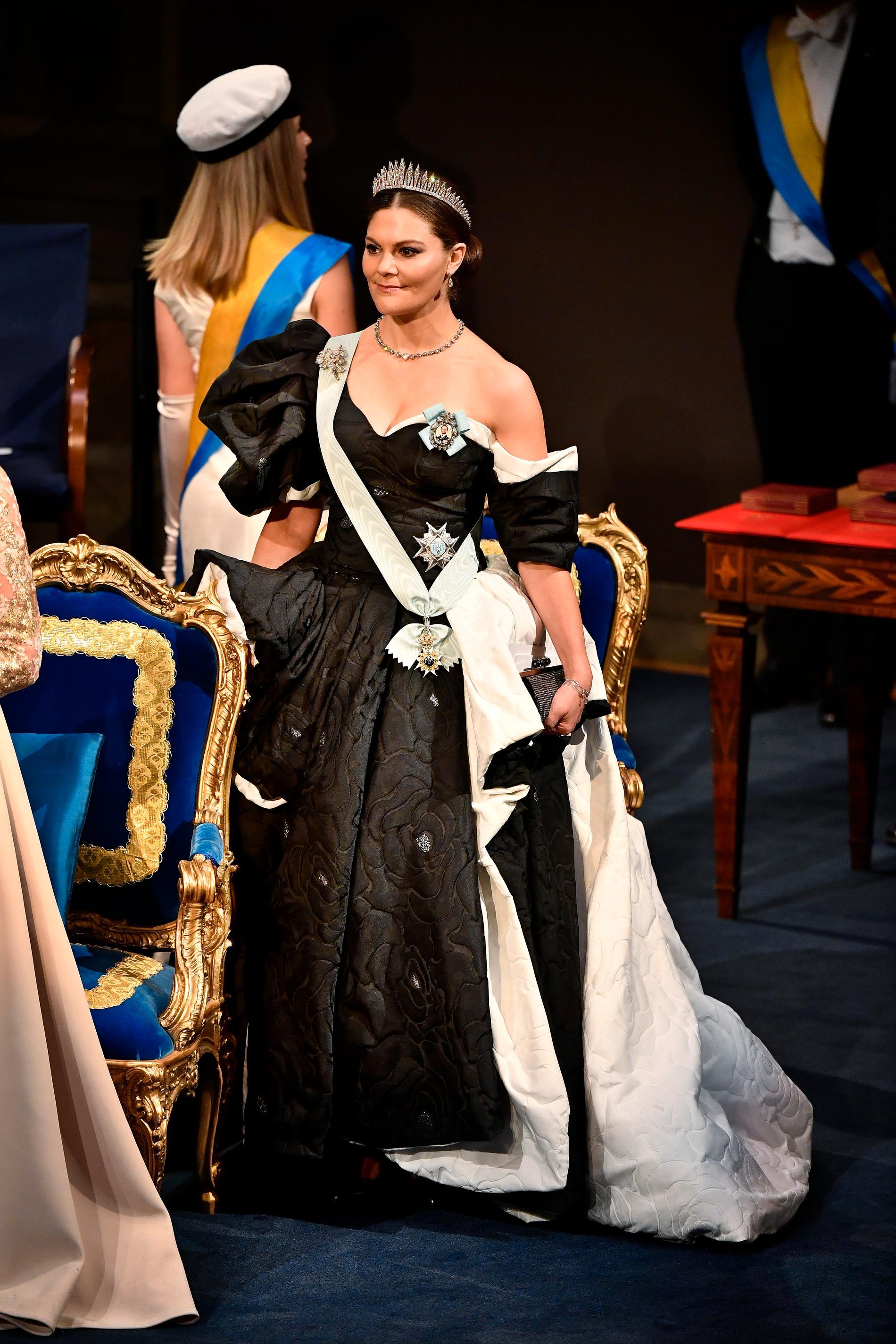 2019. Kronprinsessan bär en klänning  av designern Selam Fessahaye. Selam har gjort sig känd för sina voluminösa och oerhört färgstarka plagg. Här ser vi en något nedtonad Victoria rent färgmässigt men definitivt inte volymmässigt.