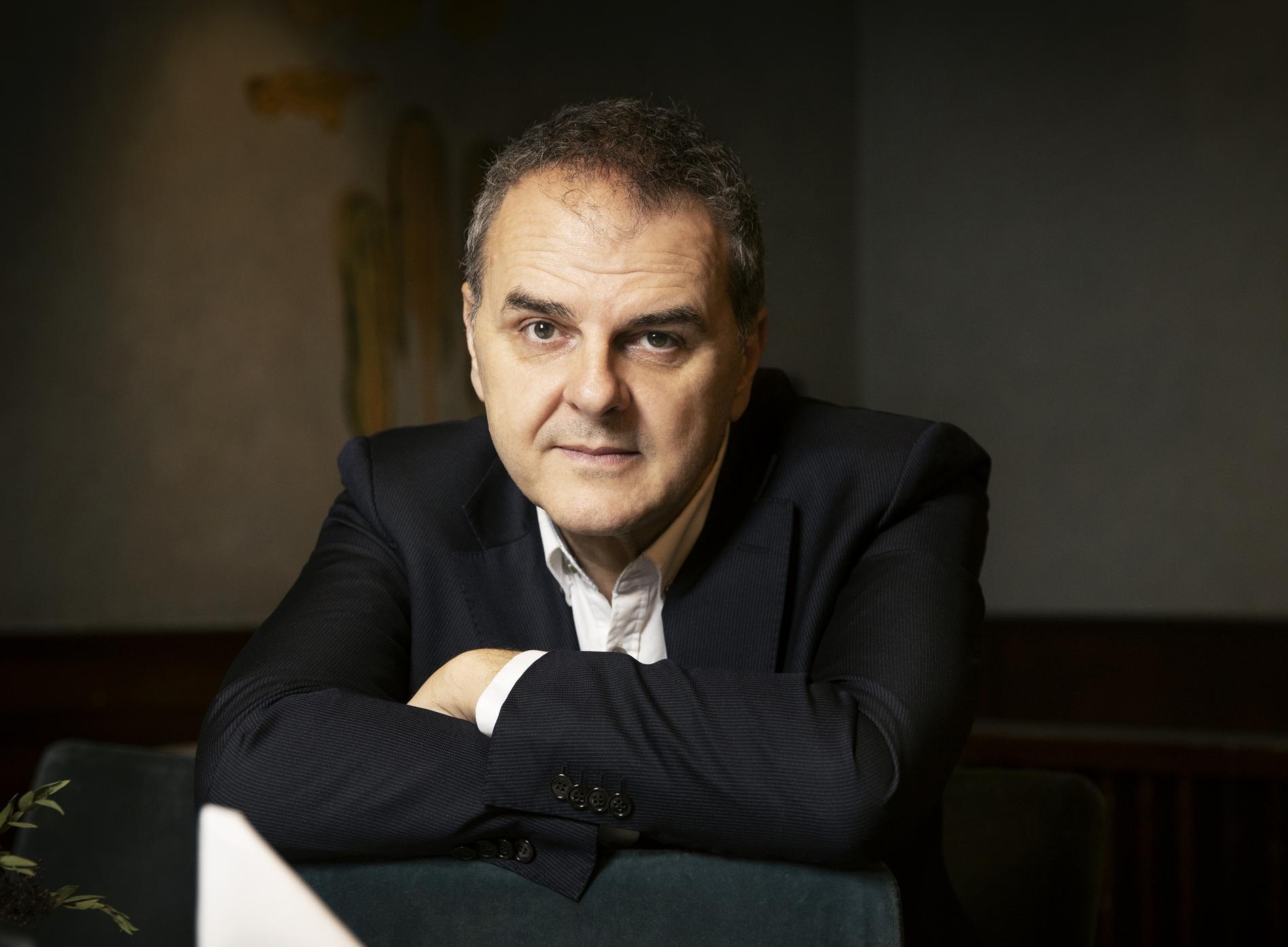 """Regissören, skribenten och debattören Jasenko Selimovic (född 1968 i Sarajevo) minns livet under belägringen av sin gamla hemstad i nya boken. """"Det är välskrivet, och helt omöjligt att lägga ifrån sig"""", skriver Jesper Bengtsson."""