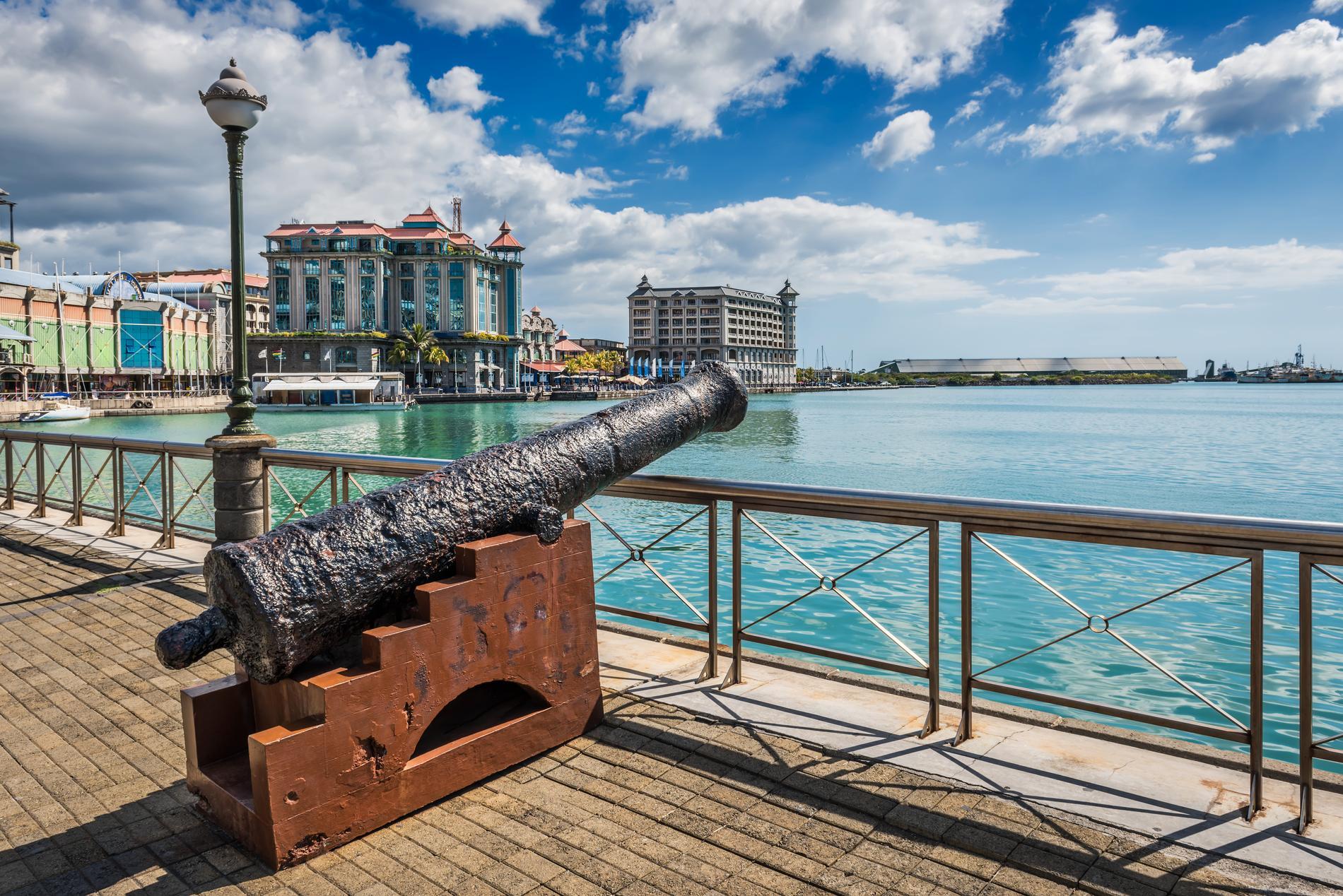 I Port Louis pågår ett vardagsliv som ofta missas på resorterna.