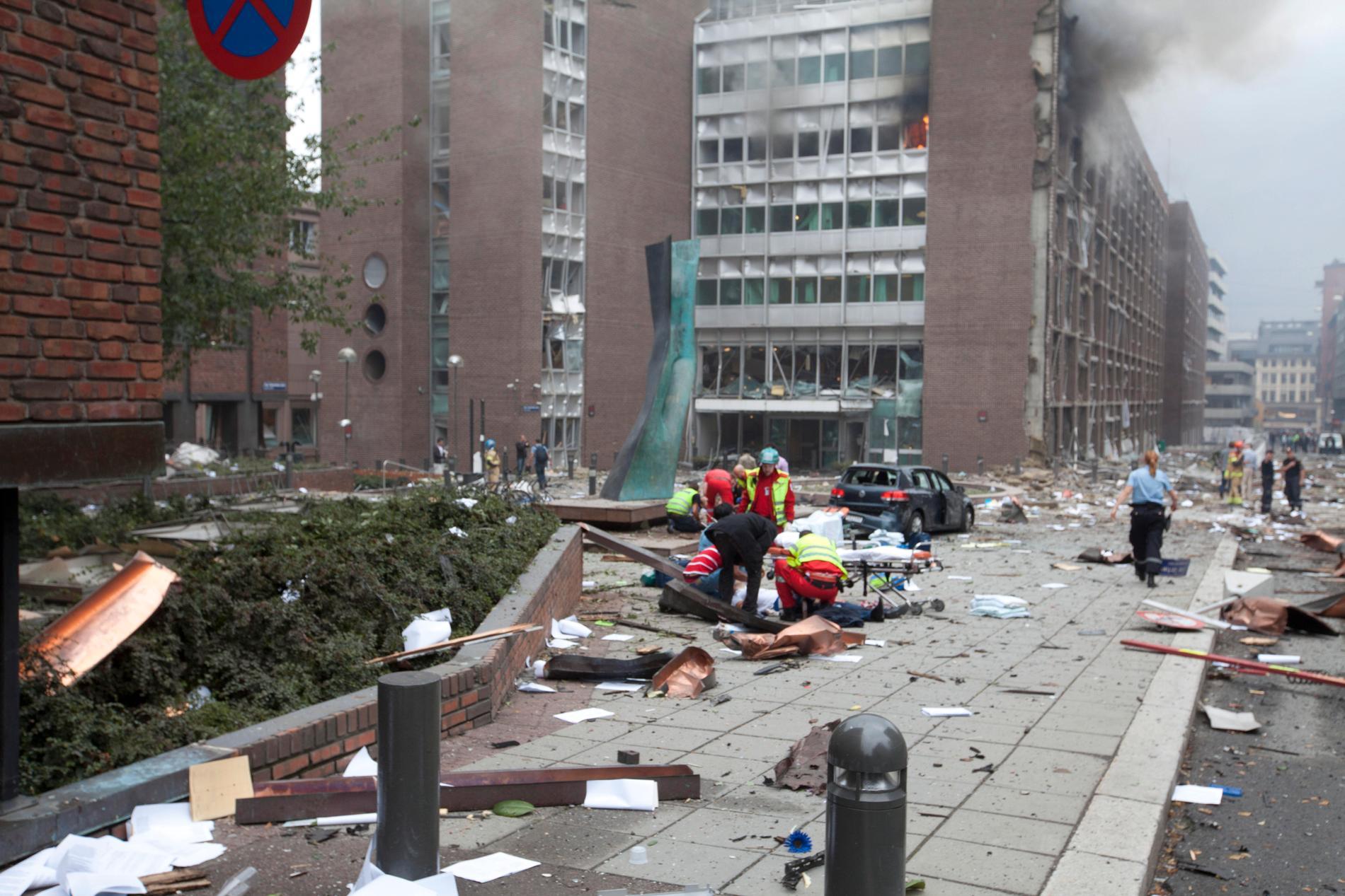 Klockan 15:25 den 22 juli sprängs en stor bomb vid regeringskvarteret i Oslo. Åtta dör och hundratals skadas i den enorma detonationen. Efteråt utbröt kaos, vittnen har beskrivit hur det var som en krigszon.