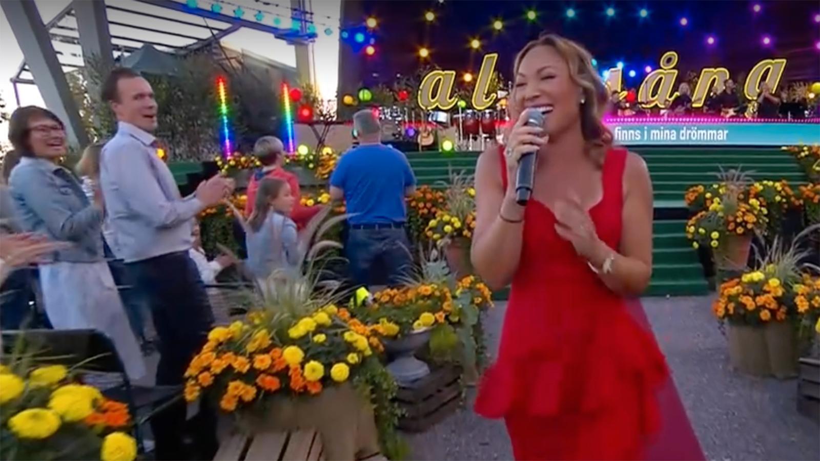 """Charlotte Perrelli sjunger """"Tusen och en natt"""" i """"Allsång på Skansen""""."""