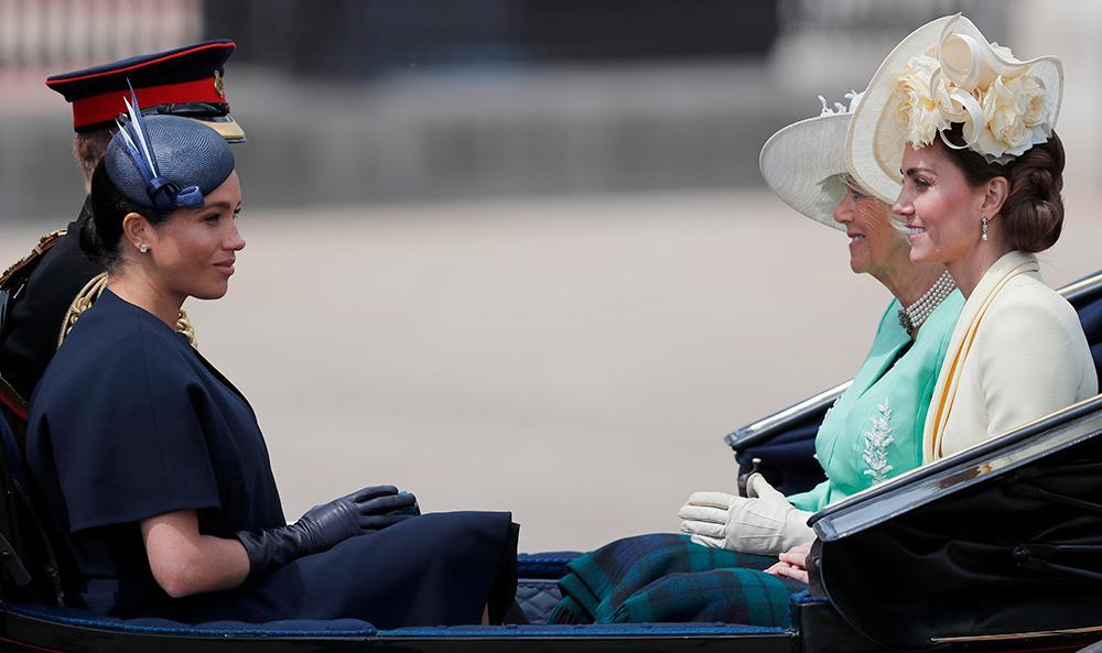 Britterna har tröttnat på Harry och Meghans attacker på kungafamiljen. Siffror visar att deras popularitet har sjunkit kraftigt.