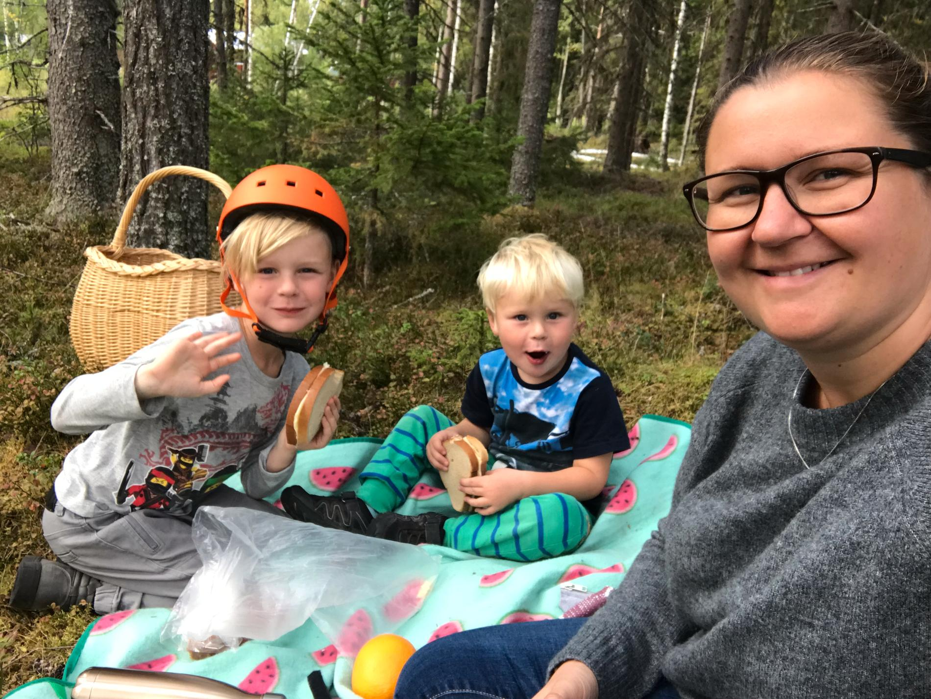 Helena med sina två söner.