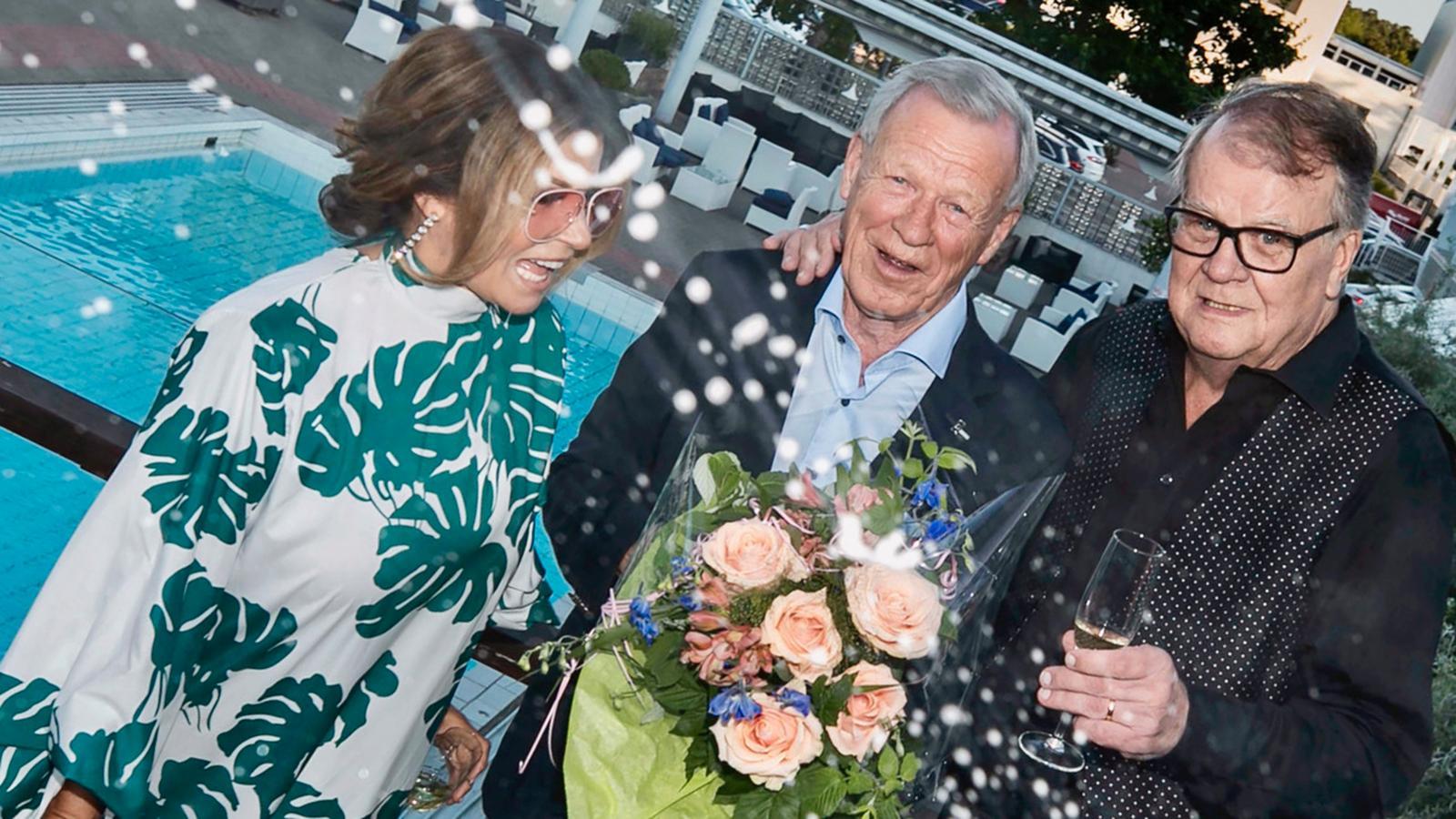Carola, Anders Wiklöf och Lasse Berghagen festar i Mariehamn på Åland.