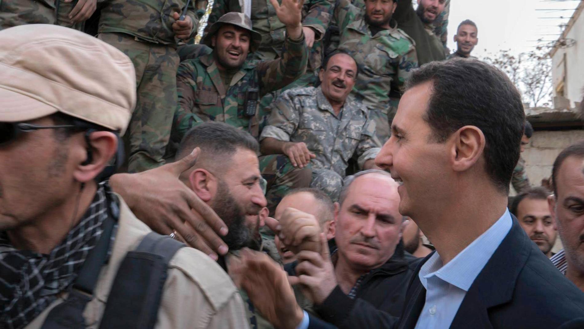 På en bild som publicerats på den syriska presidentens officiella Facebook-konto ses Assad omgiven av regeringsstyrkor i östra Ghouta.
