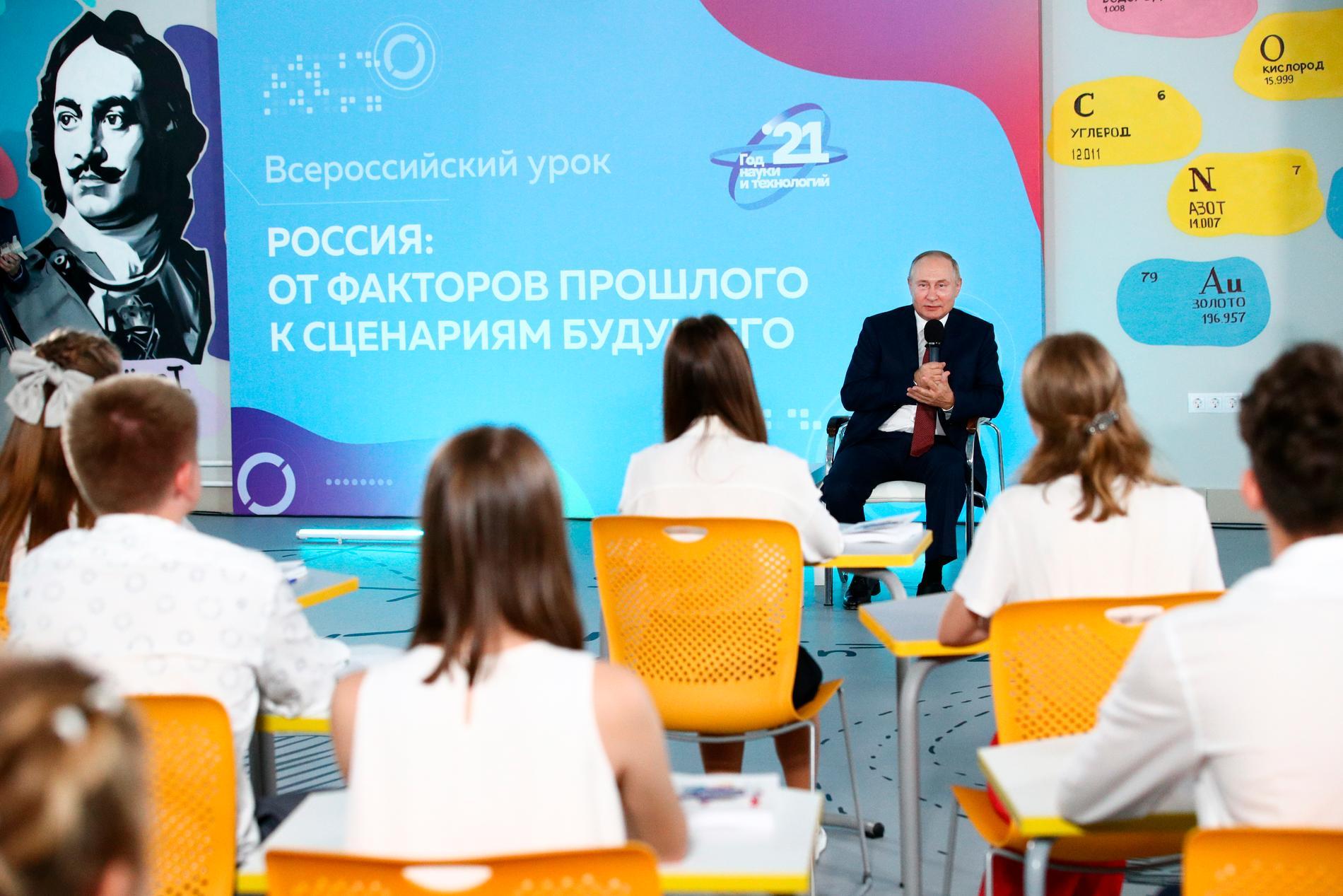 Rysslands president besökte en skola i Vladivostok.