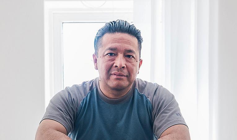 Leo Carmona sitter på Skänningeanstalten, dömd till livstids fängelse för anstiftan till mord. Nyligen erkände Carmona att han var inblandad i det spektakulära värdetransportrånet på Arlanda 2002, ett brott som preskriberades i juli i år.