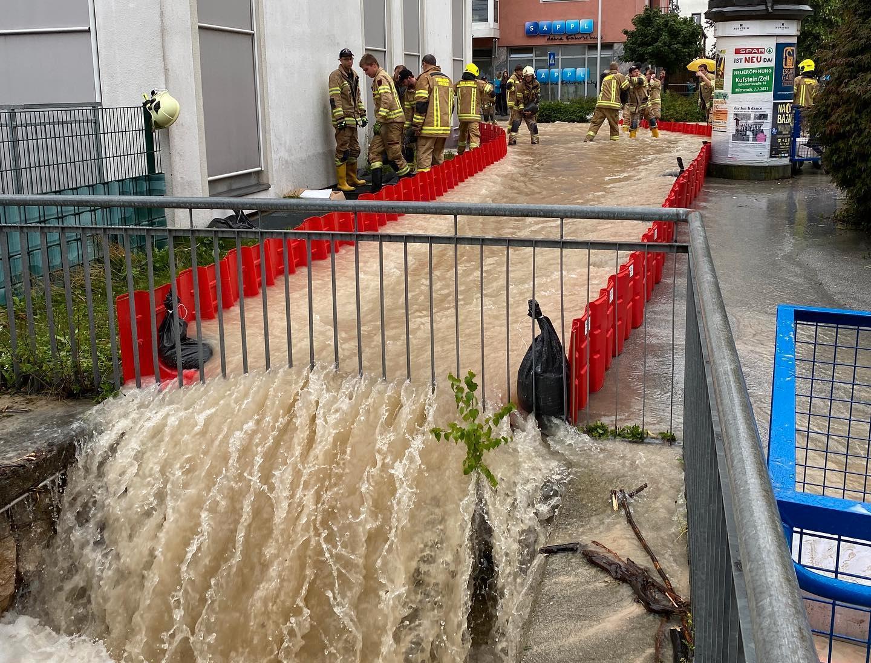 Vid översvämningen i Kufstein i Österrike i juli använde räddningstjänsten Sigurds skyddsvallar för att leda bort vattnet från stadskärnan.