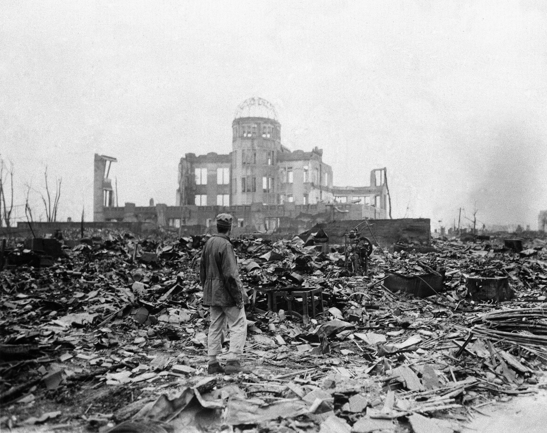 8 september 1945. En journalist står bredvid det som en gång var en biograf Hiroshima, Japan.