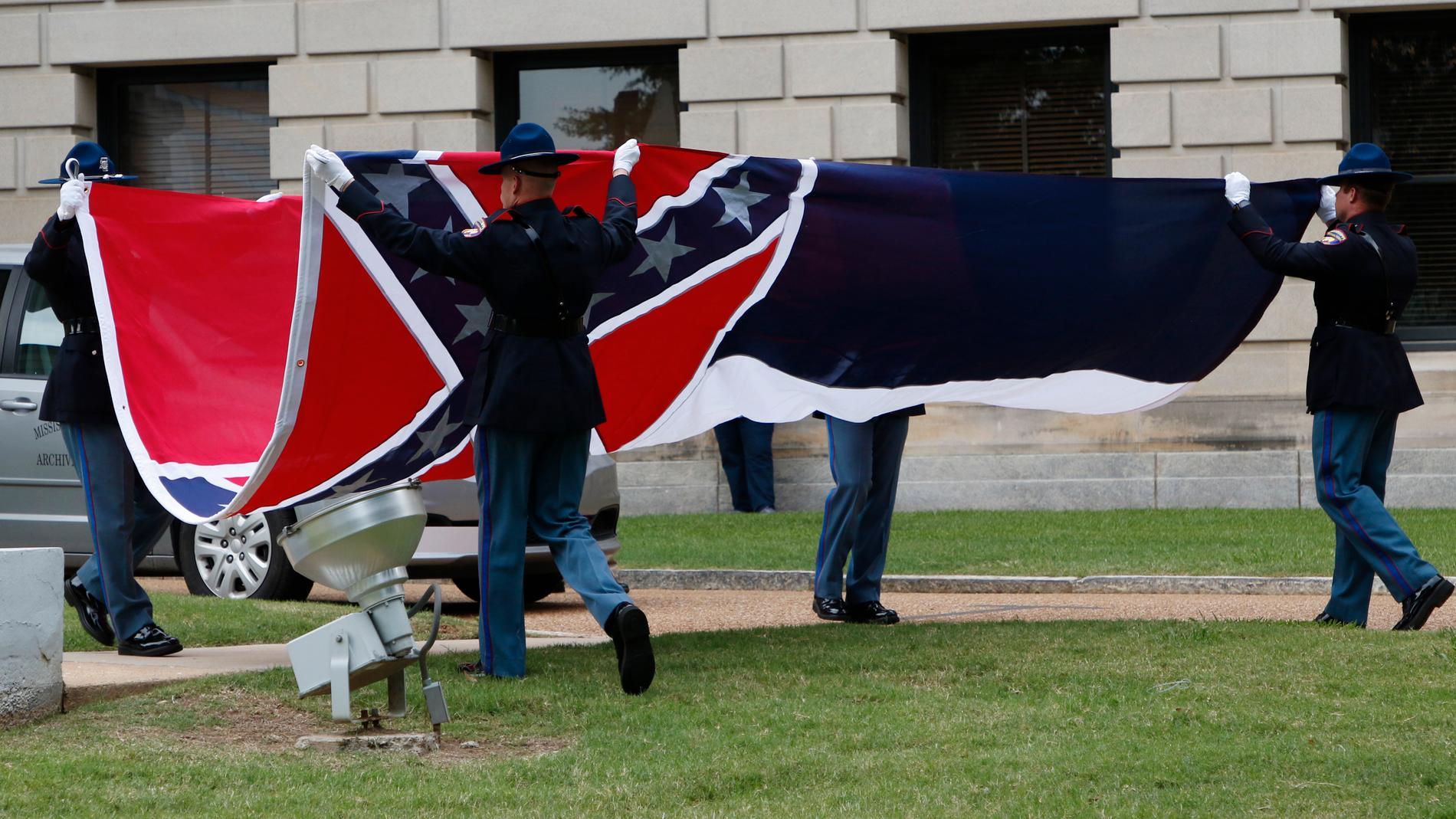 Mississippis flagga viks ihop efter att för sista gången vajat över Mississippi state capitol i Jackson.