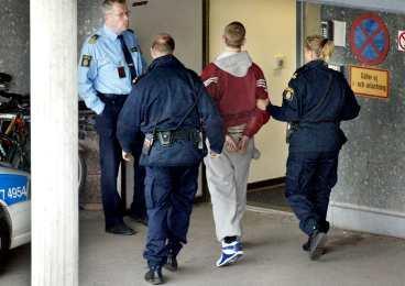 Fast 1 Eddie Jönsson förs in i polishuset i Västerås. 18-åringen har just gripits efter den dramatiska rymningen i Fagerstatrakten.