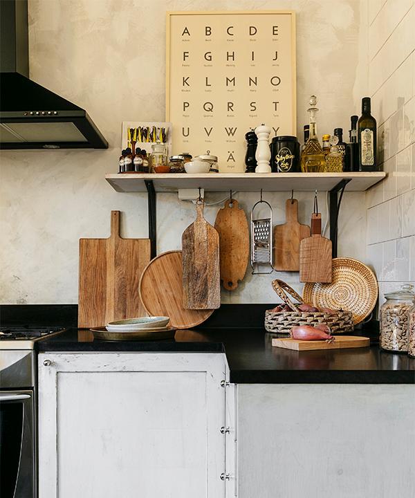 Skärbrädorna i köket är en blandad kompott som används beroende av vad som ska skäras eller läggas upp. Den stora är från Granit, de mindre från H&M home och Ikea samt en ellipsformad som Lotta fått av sin farmor.