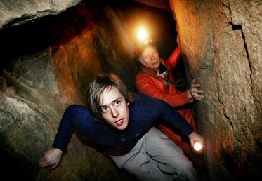 Aftonbladets reporter Clarence Frenker kryper på guidad tur i Klövbergsgrottans tunnelsystem.