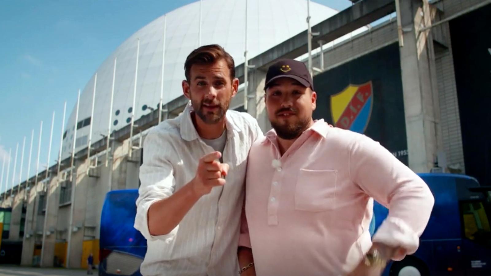 """Programledarna Pär Lernström och Anis Don Demina sparkar igång """"Idol""""-säsongen utanför Avicii arena i premiäravsnittet."""