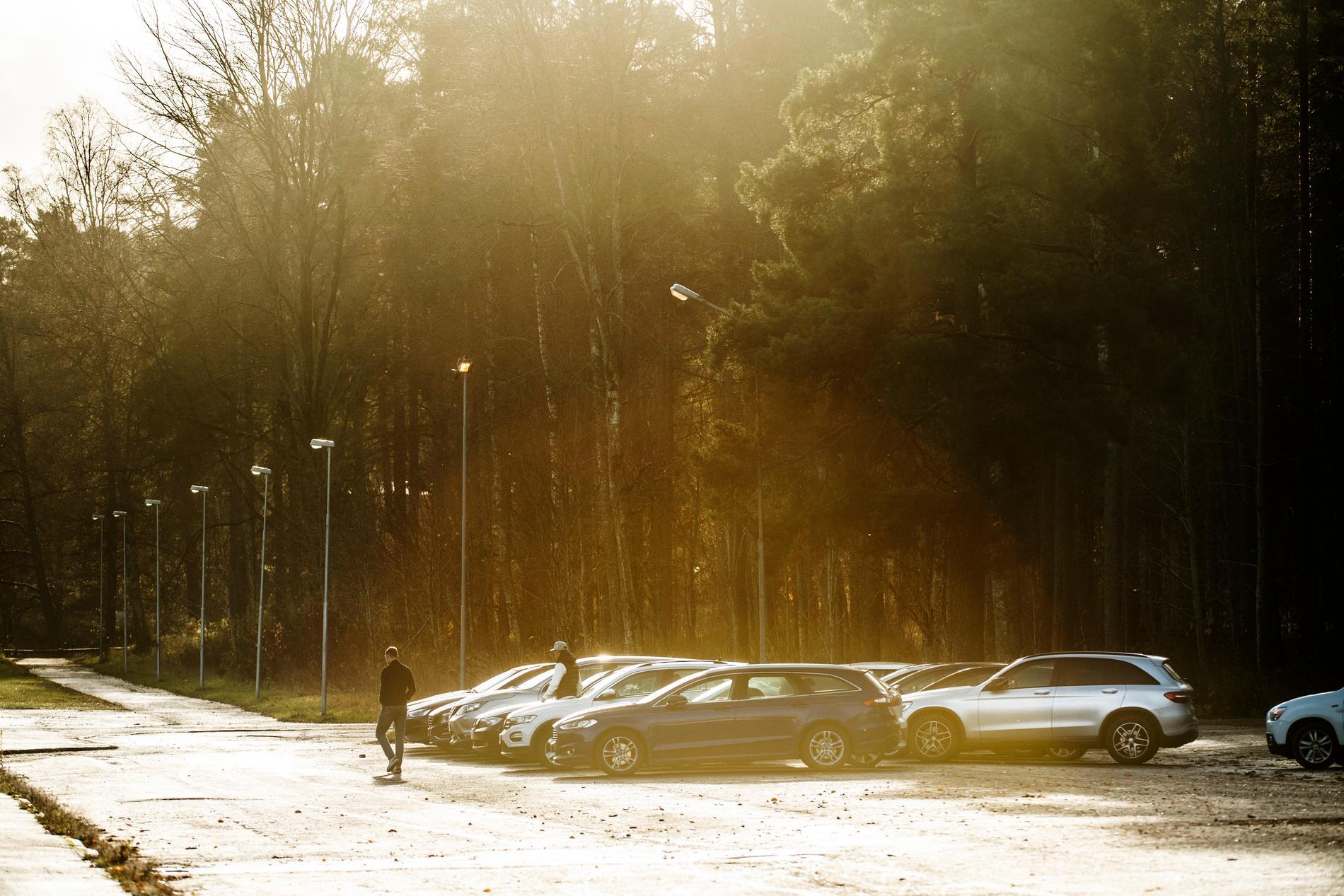 Spelarna anländer till torsdagens träning på Stora Valla.