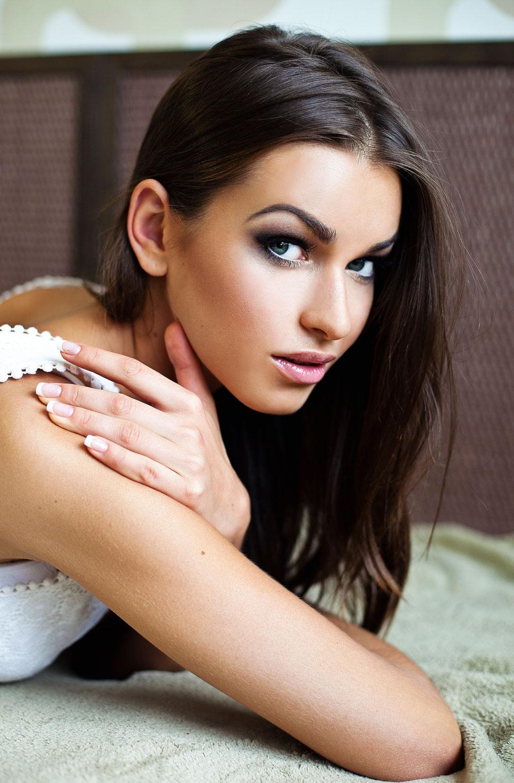Nemtsovs flickvän, modellen Anna Duritskaya, blev vittne till mordet. Hon hindrades först från att lämna landet, men ska nu befinna sig i Kiev i Ukraina.