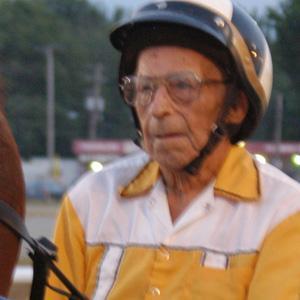 Världens äldste vinnarkusk. 97-årige Leo Burns bakom sitt sto Winsome Wyoming efter segern på Wayne County Fairgrounds i Illinois. Foto av Len Wells