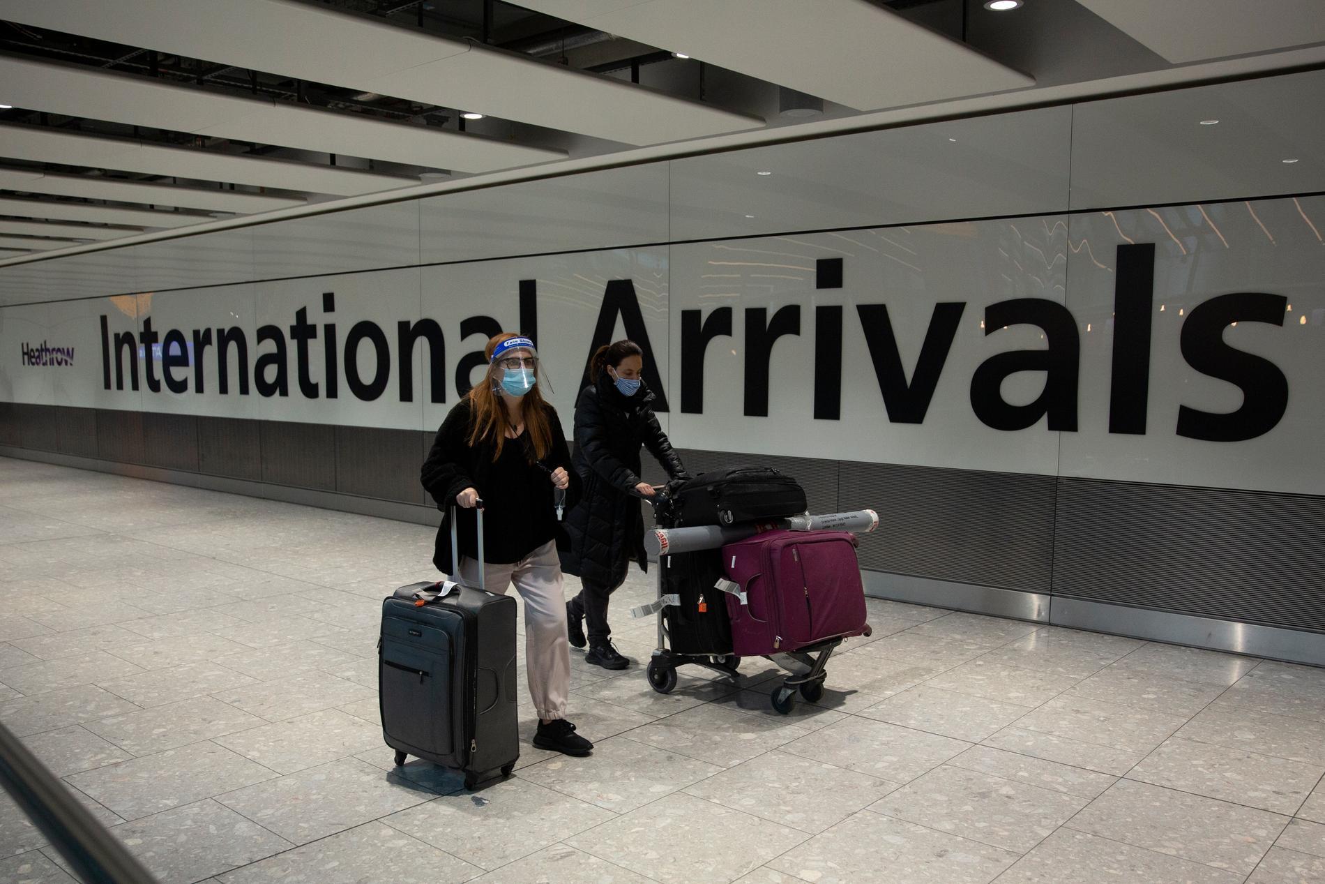 Resenärer på Heathrow Airport i London. Arkivbild