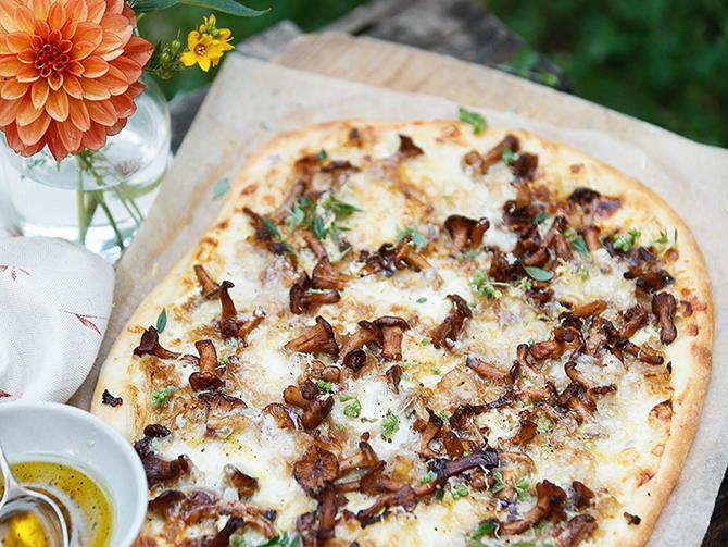 Kantarellpizza med karamelliserad lök och västerbottensost.