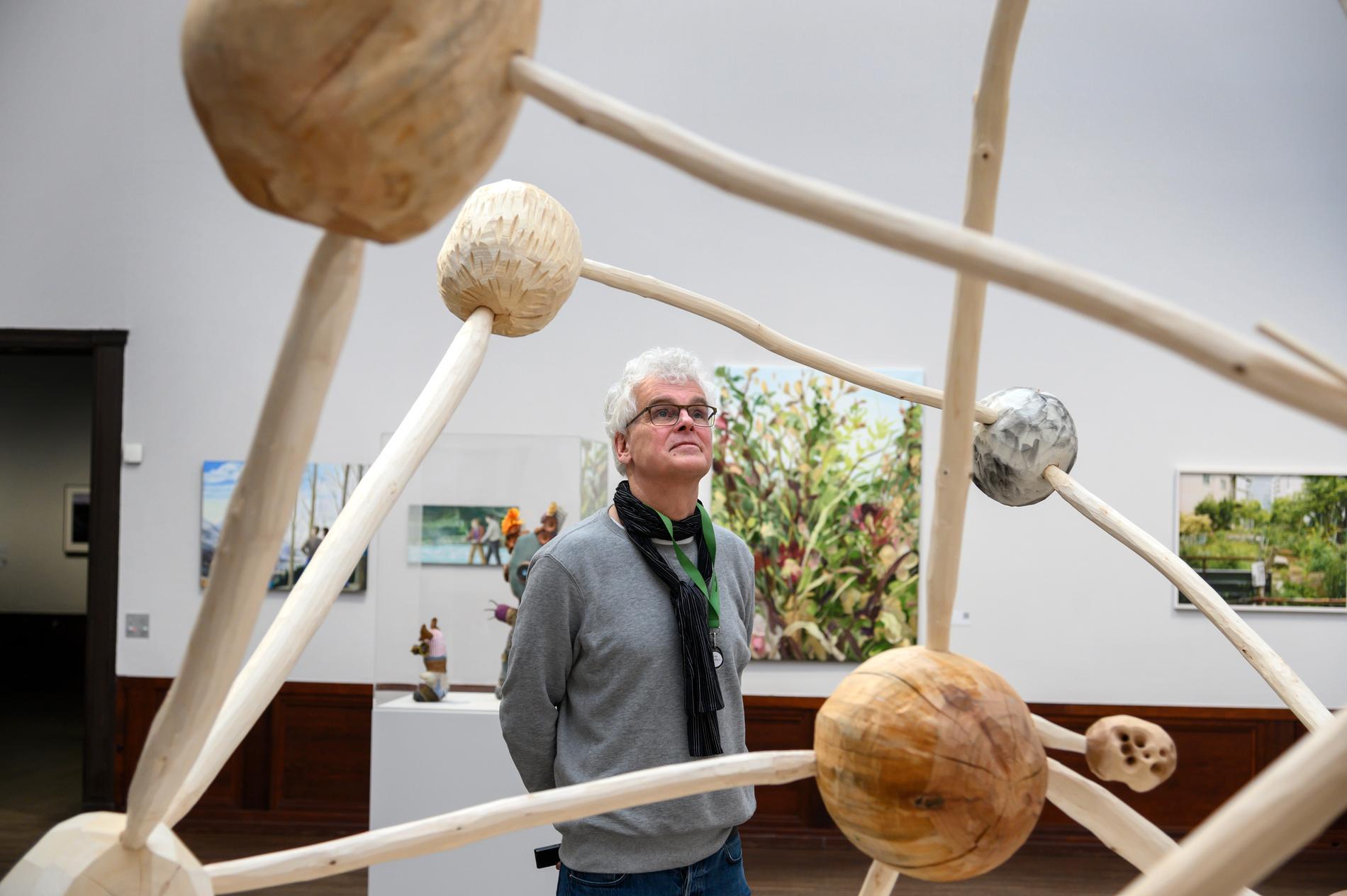 Årets Vårsalong på Liljevalchs konsthall kan äntligen öppnas för allmänheten. Chefen för Liljevalchs, Mårten Castenfors, betraktar på bilden en träskulptur av Klara Isling, Chrisse Kuisma Karlsson och Espen Hansen. Arkivbild.