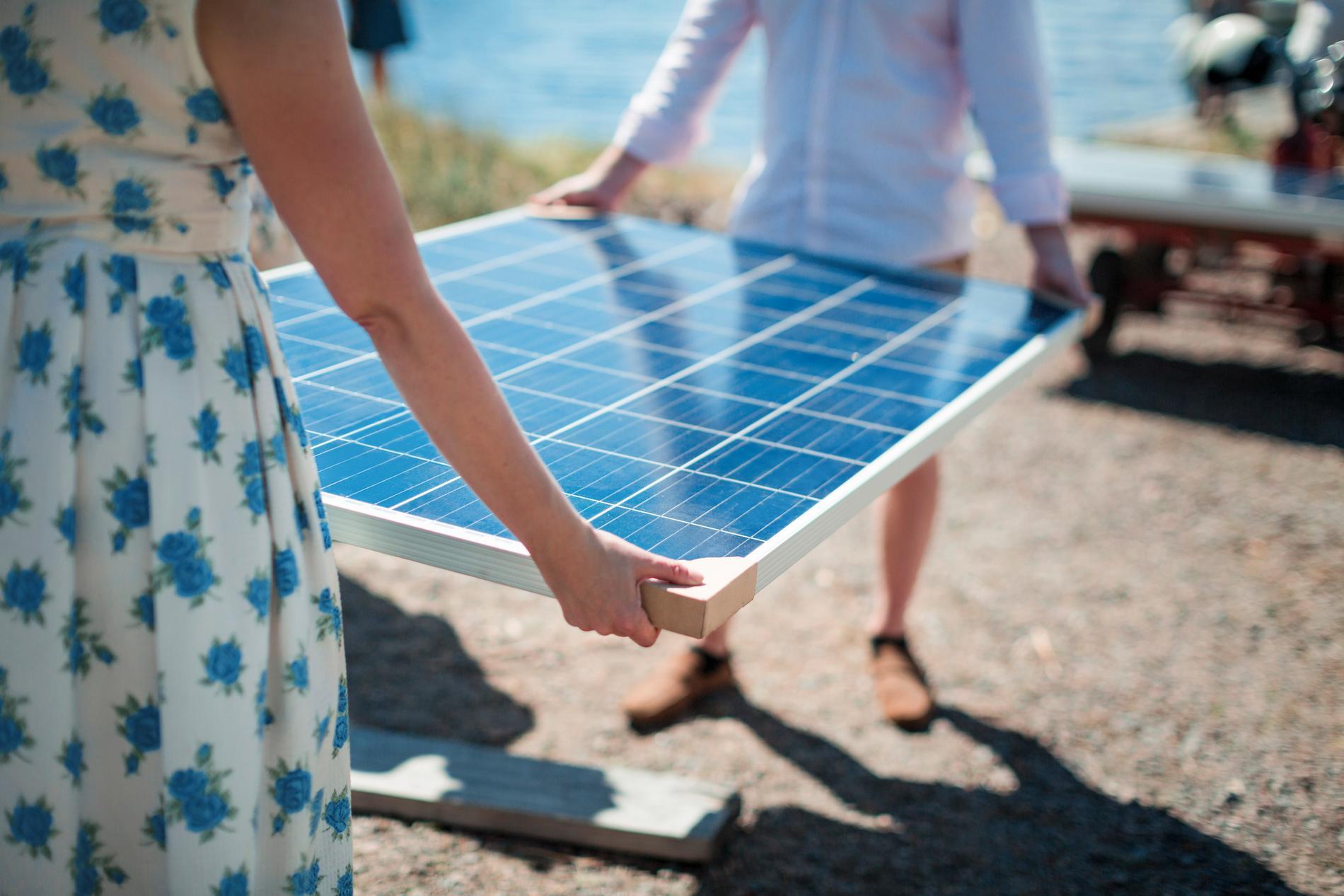 Bland annat byggde man en park för solceller på ön.