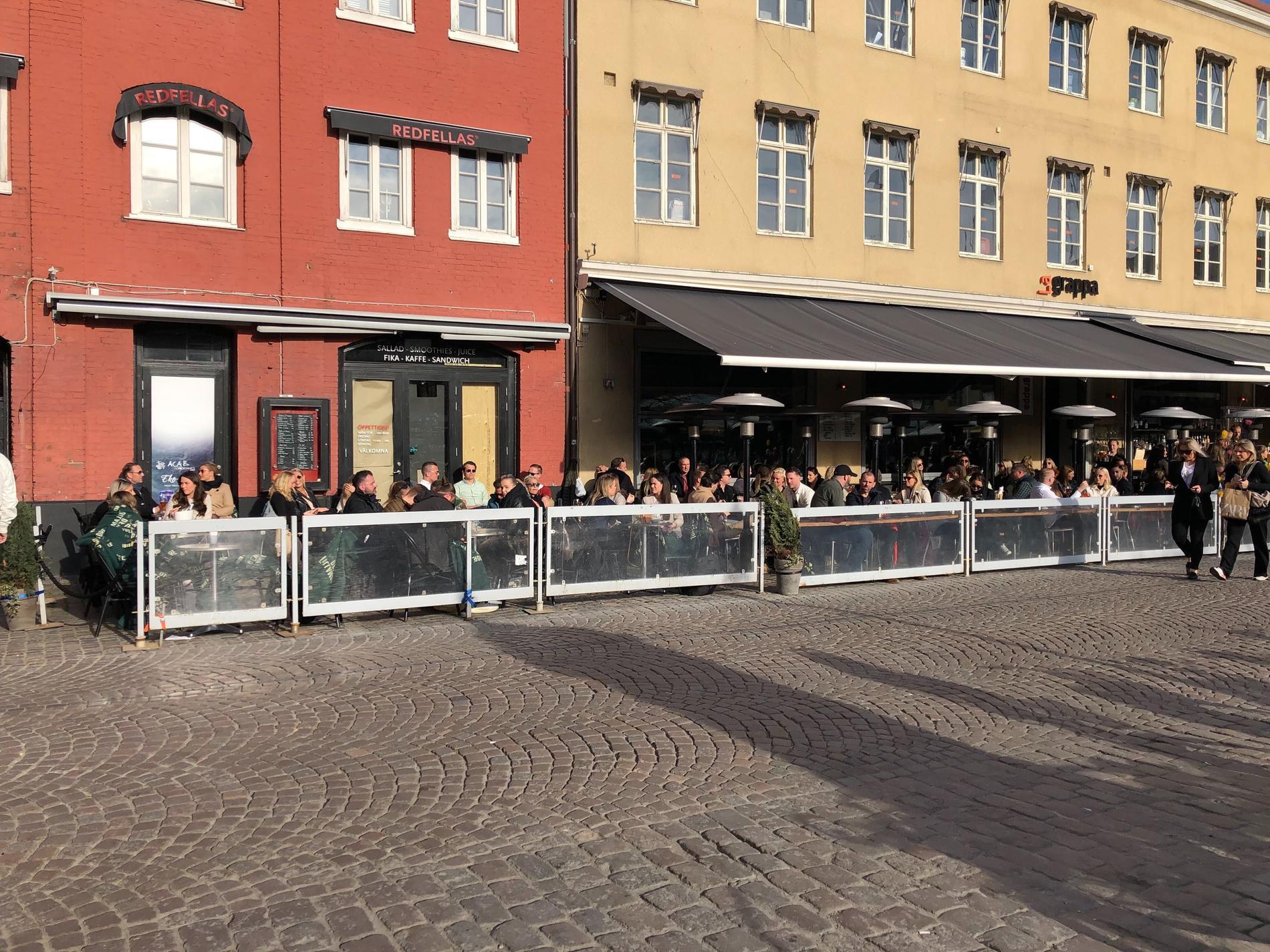 Många passade på att gå på aw på Lilla Torg på fredagseftermiddagen.