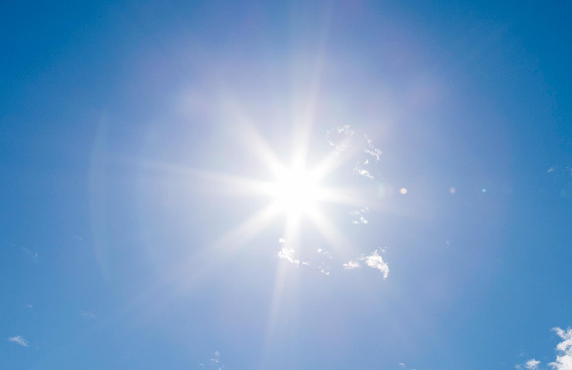 I gassande solsken satt den 86-åriga kvinnan inlåst, fastspänd i rullstol, i bilen.