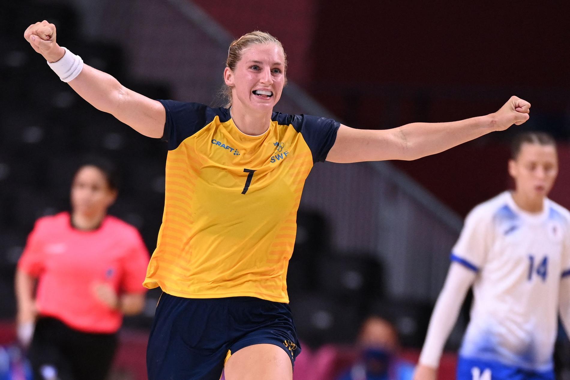 Linn Blohm jublar efter ett av sina mål mot det ryska laget.