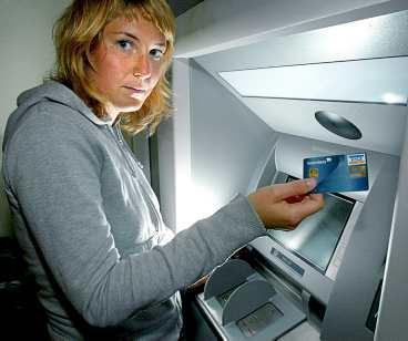 """reste runt i usa med visakortet Frida Lenholm, 28, tillbringade en månad i höstas i USA. Hon använde nästan alltid sitt visakort och litar på banken. """"Men det kan kännas oroligt i bland, särskilt utomlands, när man måste lämna ut sitt kortnummer. Jag kontrollerar alltid mina uttag väldigt noga – än så länge är det ingen annan än jag själv som tagit ut pengar på kortet."""