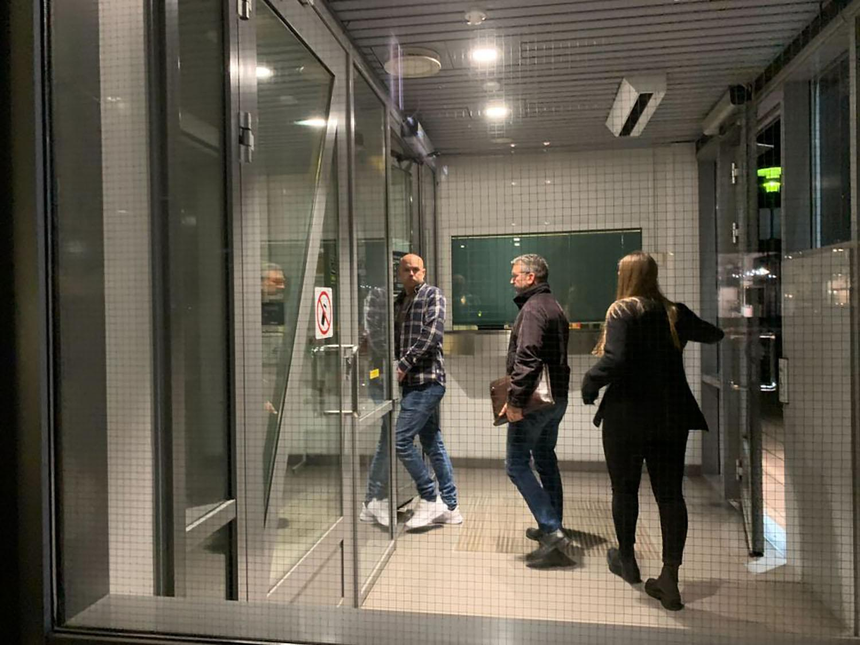 Den misstänktes advokat Fredrik Neumann anländer till polisstationen i natt.