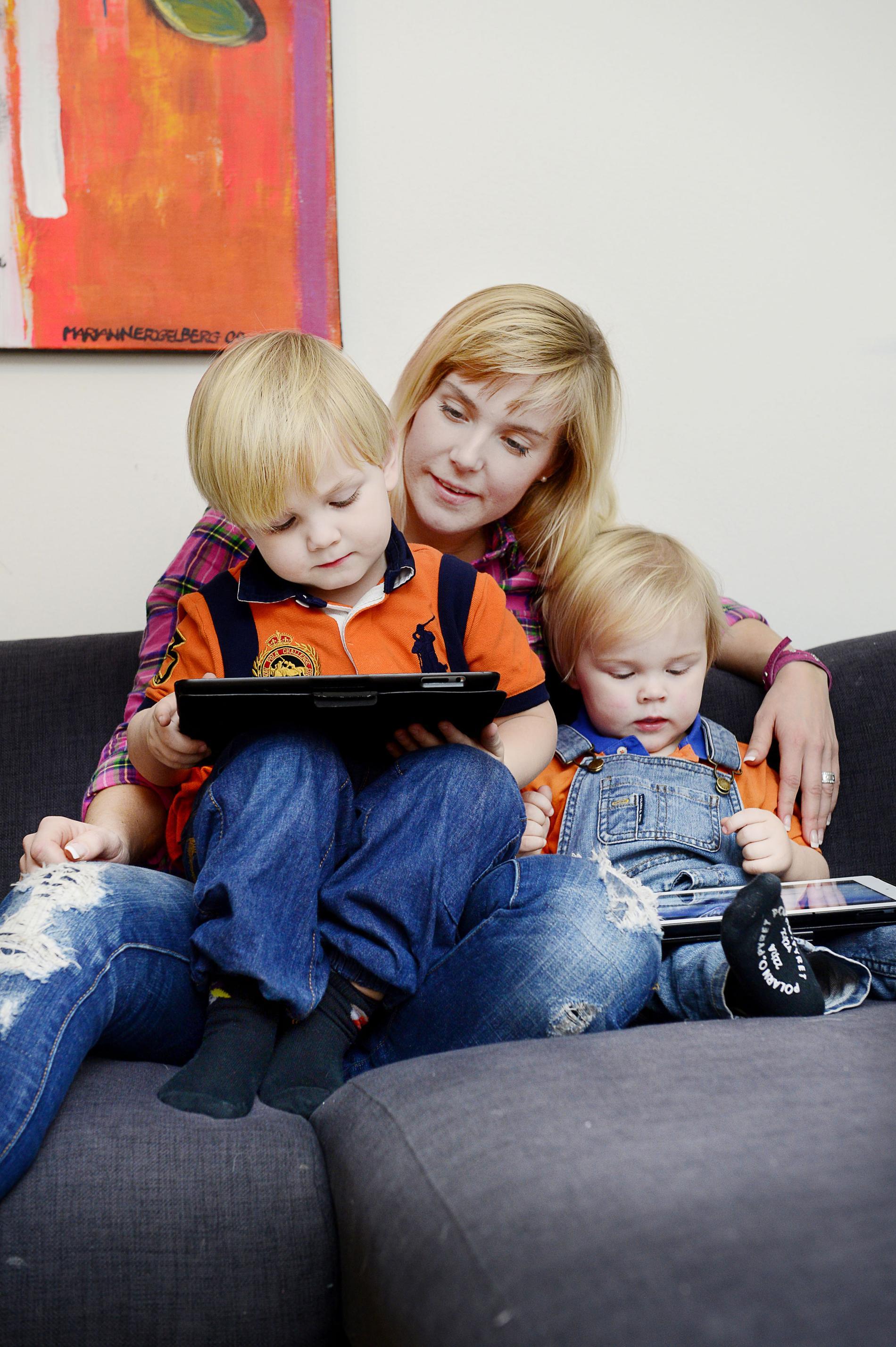 Lovisa Sandström och hennes två söner, Sixten, 3, och Baxter, 2, tillsammans med deras surfplattor.