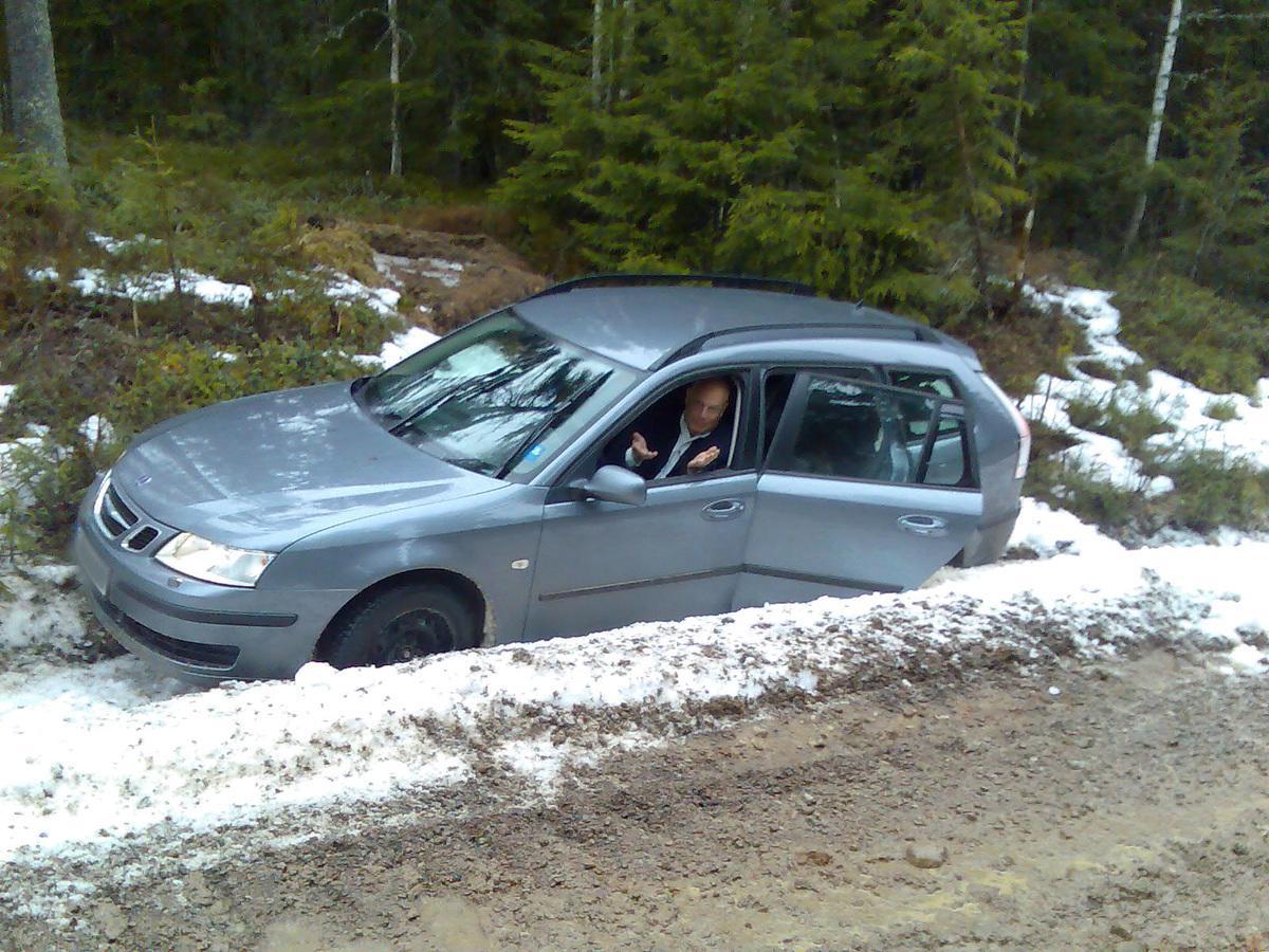 """sitter fast Robert Aschberg kunde inte ta sig ur bilen sedan han sladdat av vägen under en reportageresa för """"Grannfejden""""."""