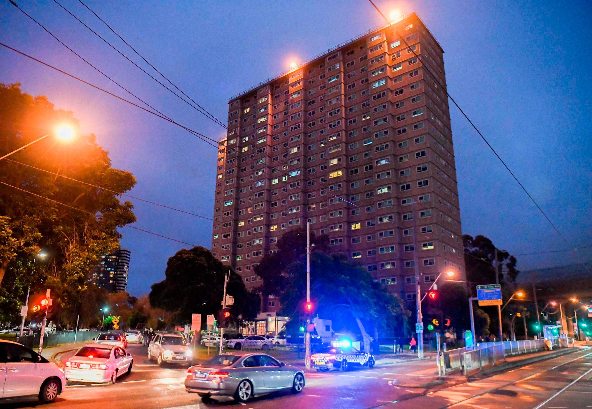 Ett av de bostadshus i centrala Melbourne i Australien som har satts i karantän.