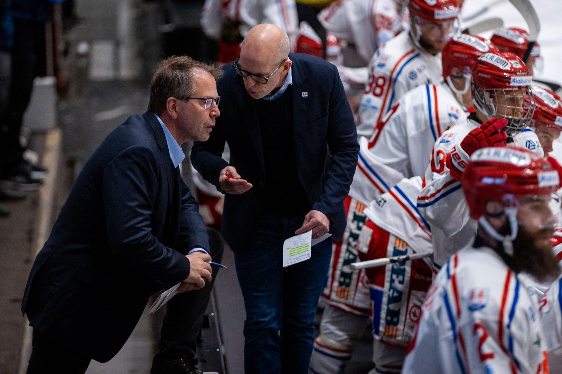 Ulf Dahlén, till vänster, i Timrås bås.