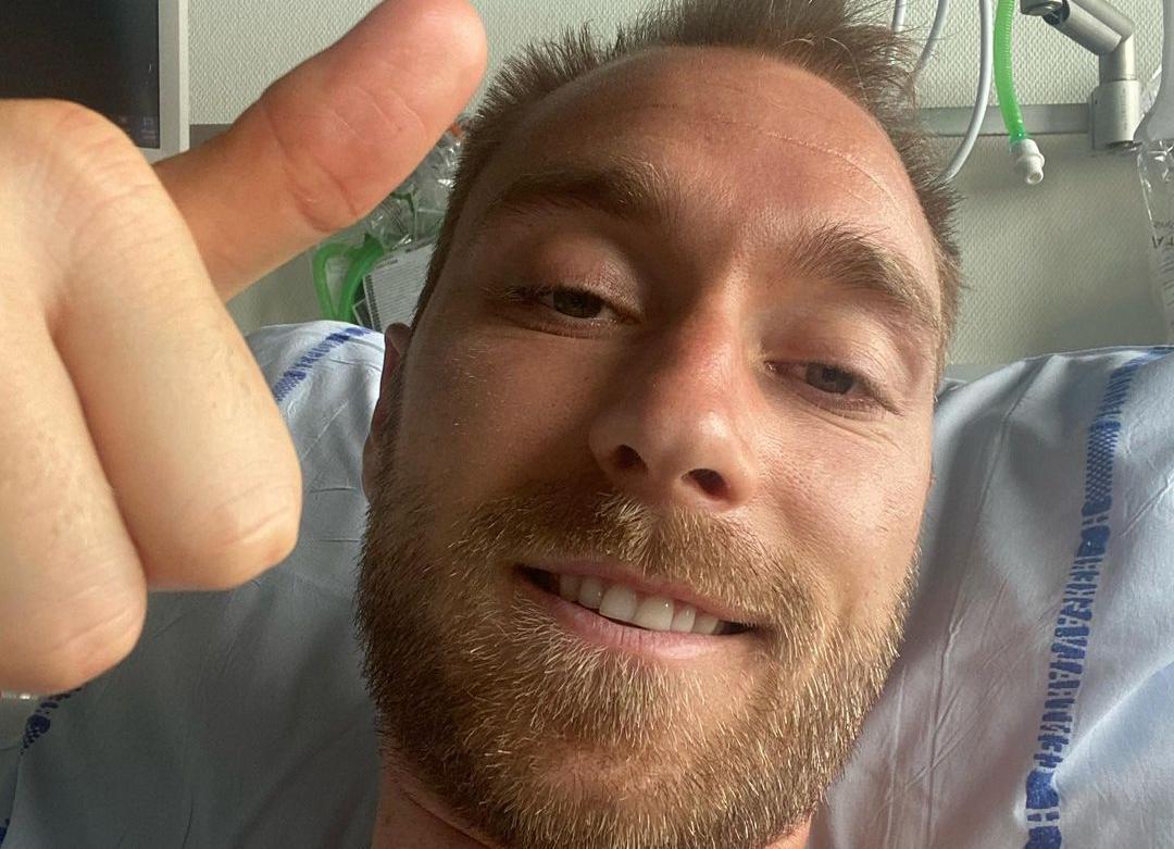 Christian Eriksen ger tummen upp och tackar för stödet i en bild på Instagram.