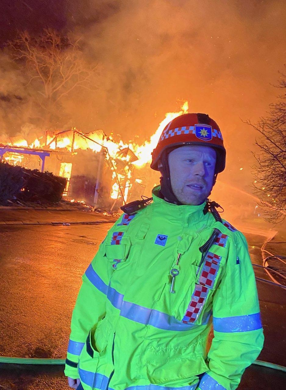 Insatsledaren Christian Johansson rapporterade under samtalet med Aftonbladet att taket rasade in.