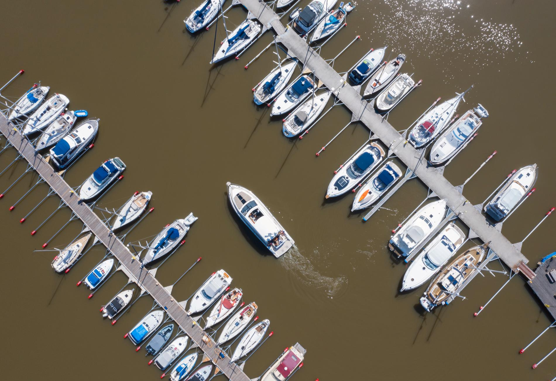 Motor- och segelbåtar i en båtklubb i Mälaren. Båtarna på bilden har inget med artikeln att göra.
