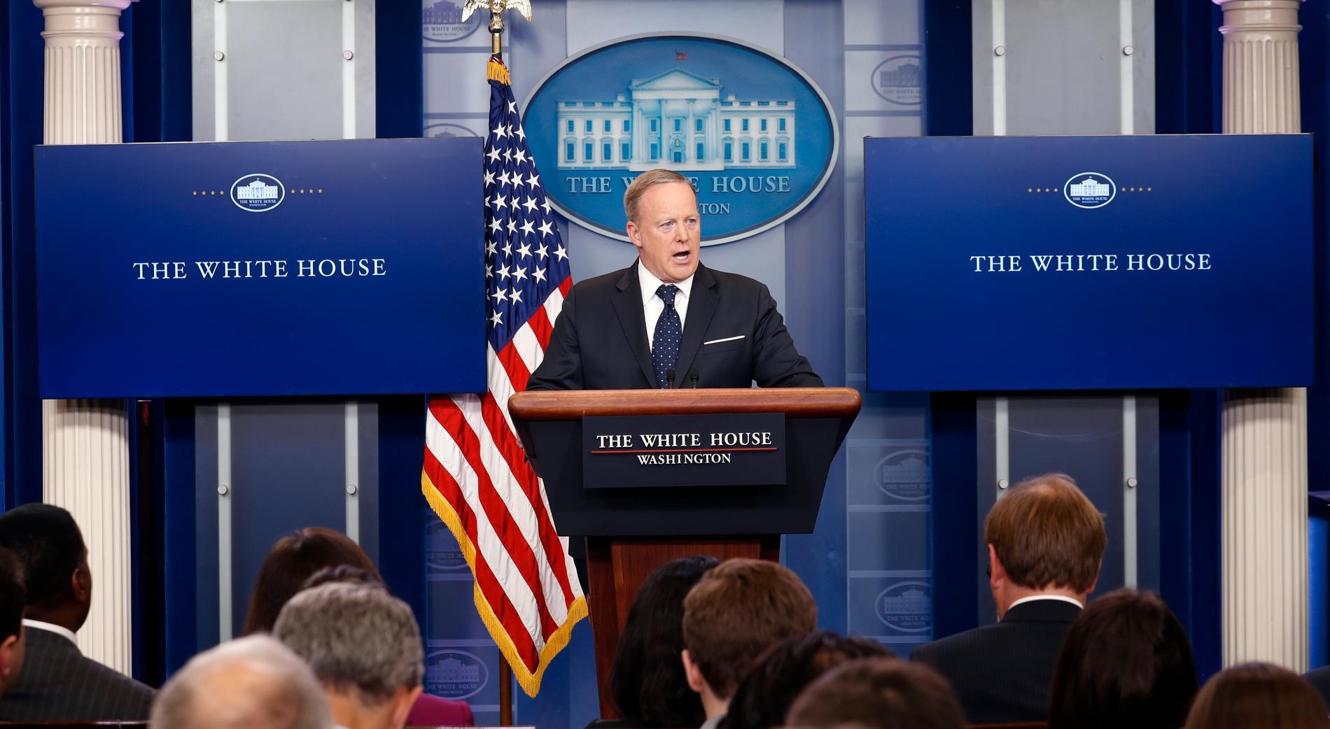 """Vita husets pressekreterare Sean Spicer fick lämna sitt jobb efter flera kritiserade framträdanden där han lade fram """"alternativa fakta"""" till stöd för presidenten."""