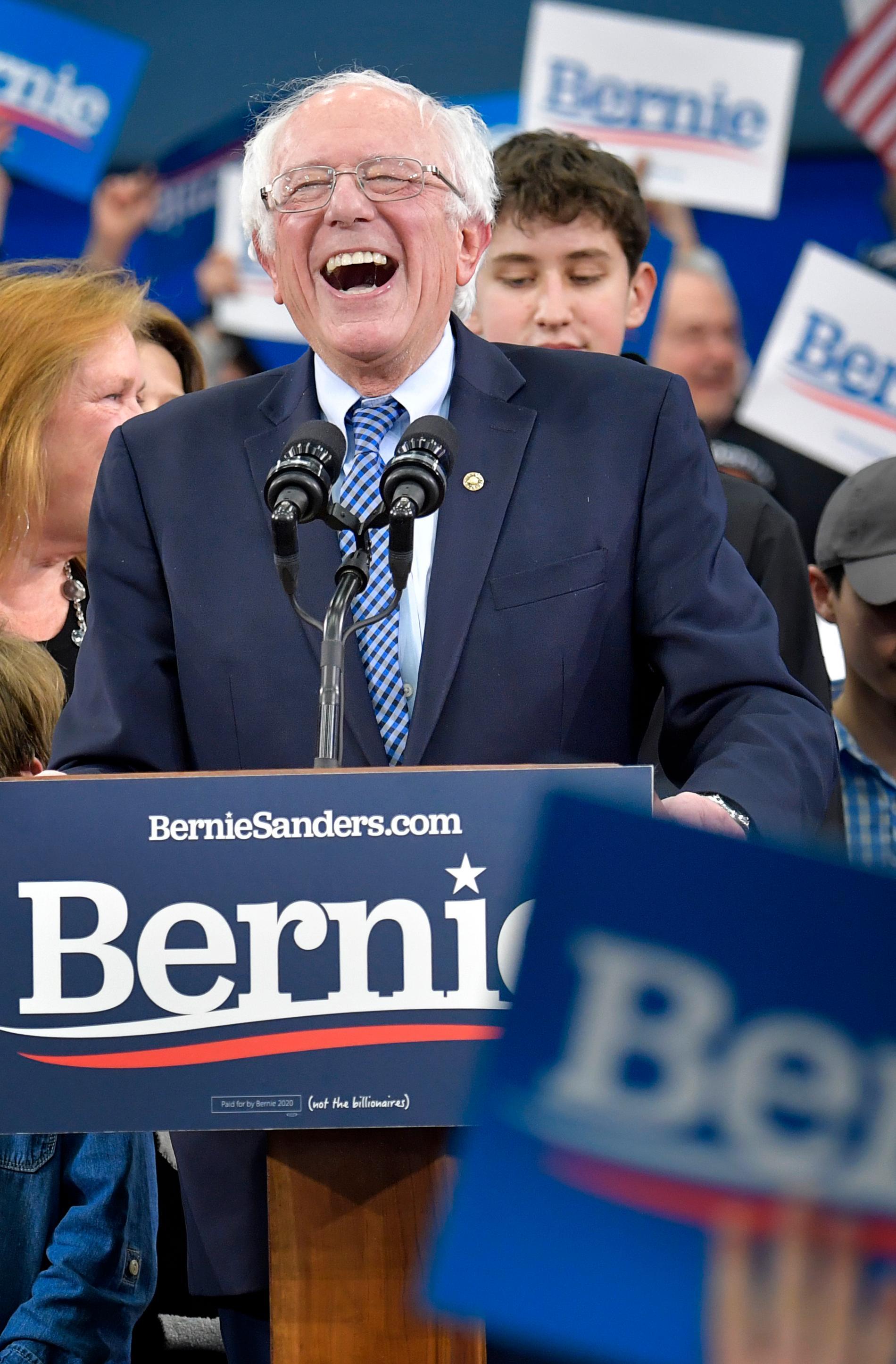 Det tar flera minuter innan Bernie Sanders skrattande får anhängarna att tystna efter resultatjublet.