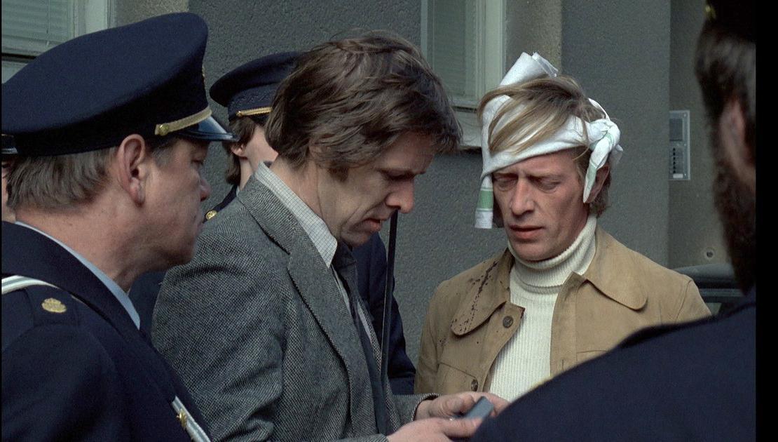 """Bild ur filmklassikern """"Mannen på taket"""", byggd på Sjöwall-Wahlöös bok """"Den vedervärdige mannen från Säffle"""", här ses Sven Wollter och Thomas Hellberg i roller som polis."""