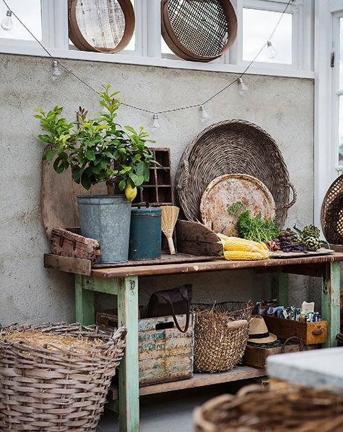 På planteringsbordet ligger dagens skörd av grönsaker.