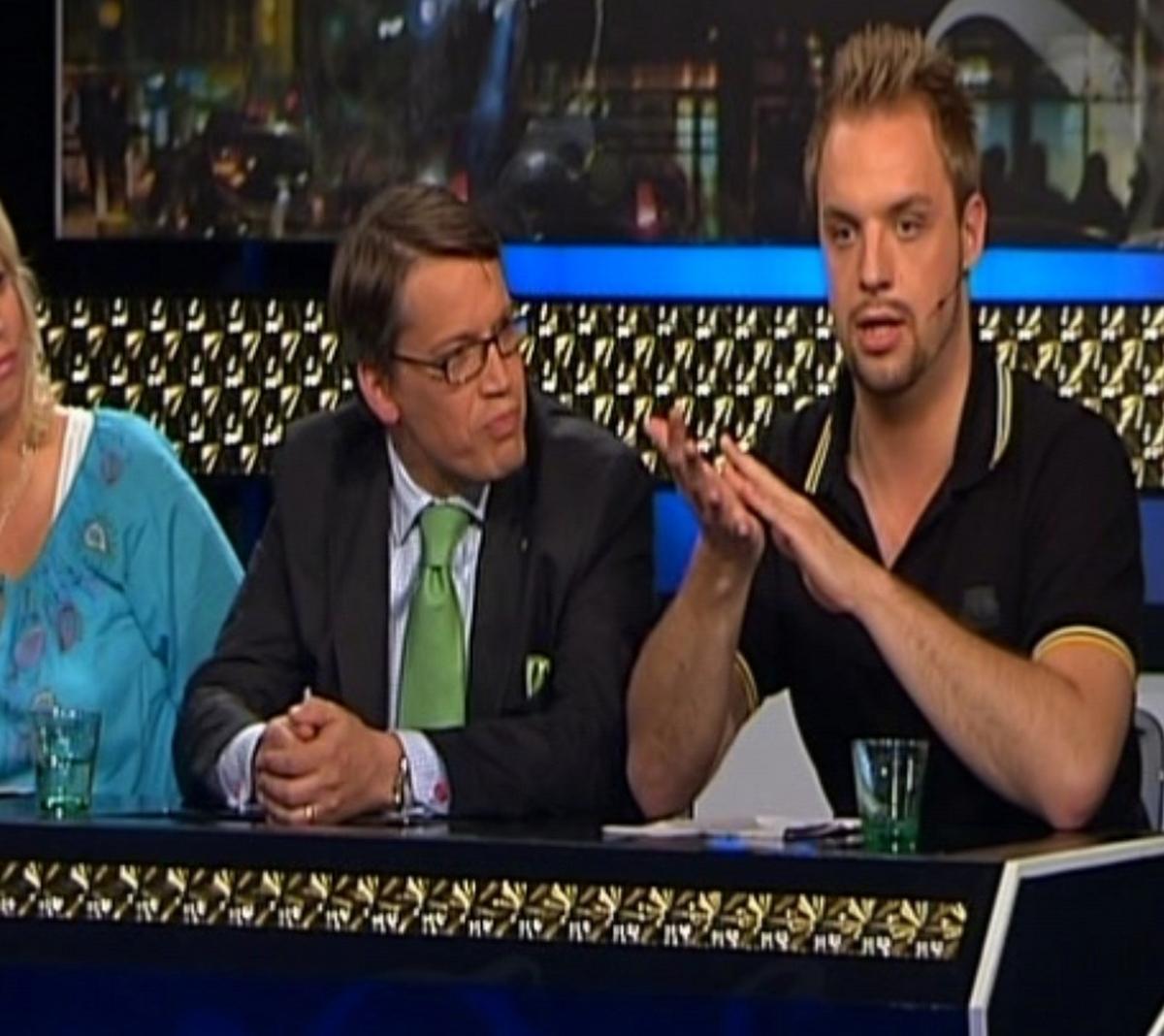 """TAGEN PÅ SÄNGEN I TV Göran Hägglund var inte beredd på Robin Paulssons skämt i """"Extra extra!"""" i TV3. """"Göran blev lite paff"""", säger Robin."""