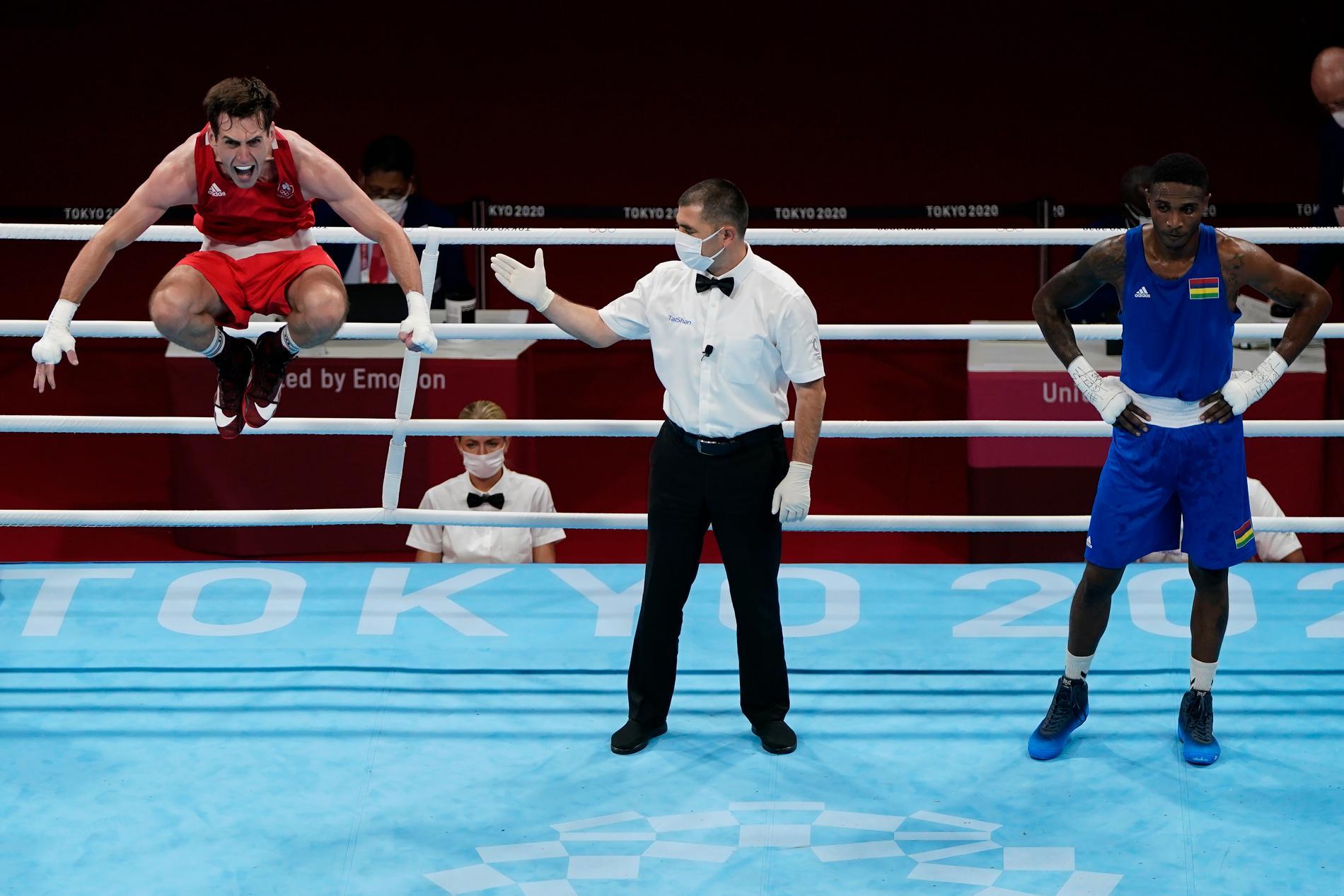 Aidan Walsh firar efter att ha gått vidare till semifinal i OS.
