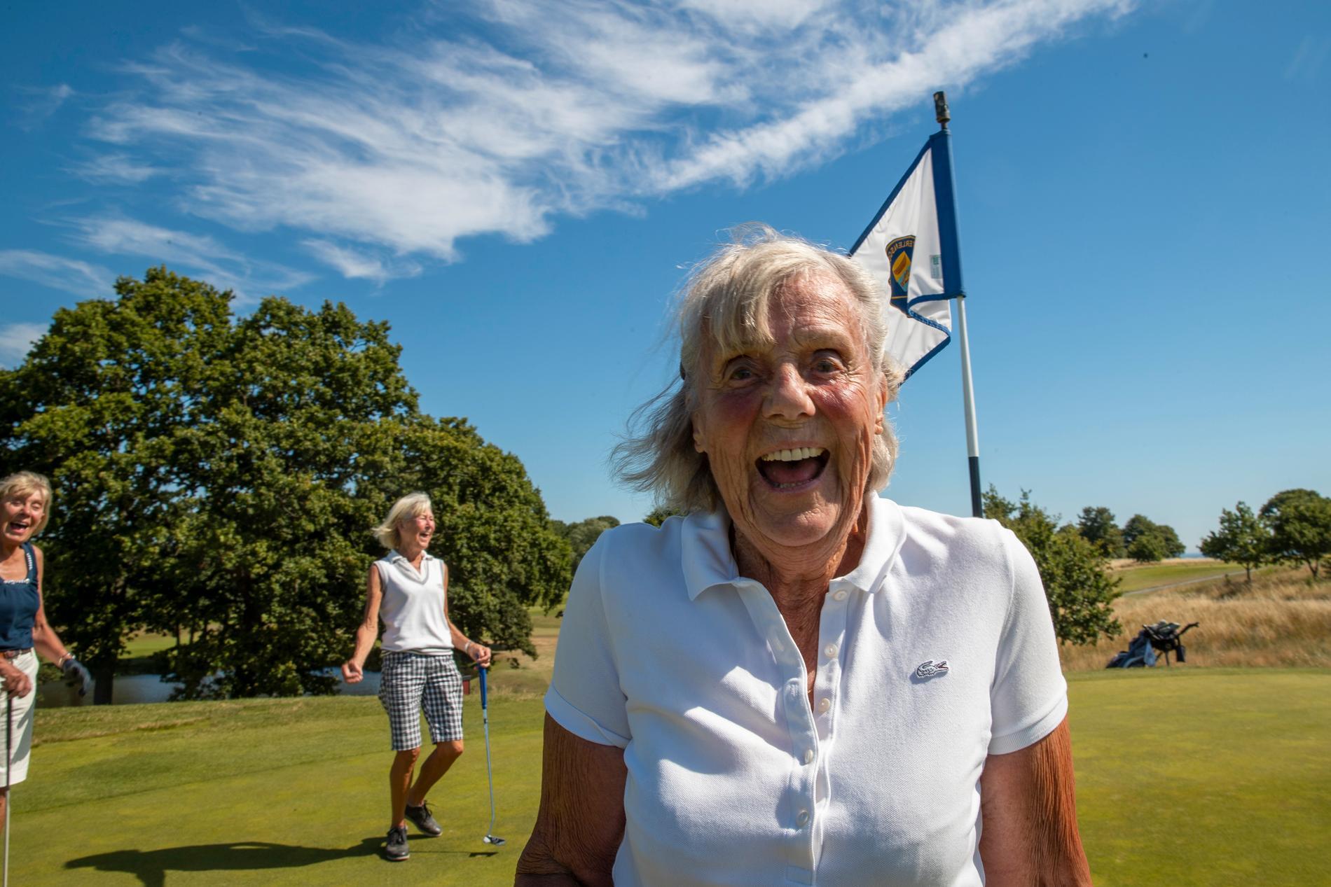 Lena Öijer, 93, har spelat golf i 50 år.