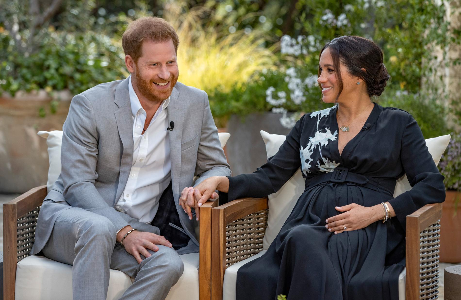 Harry och Meghan under Oprah-intervjun. Lilibet låg då i magen.